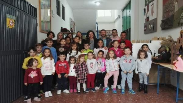 La delegada de Educación en Jaén, con alumnos del CEIP 'Alférez Segura'