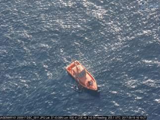 Rescate de una  patera por Salvamento Marítimo
