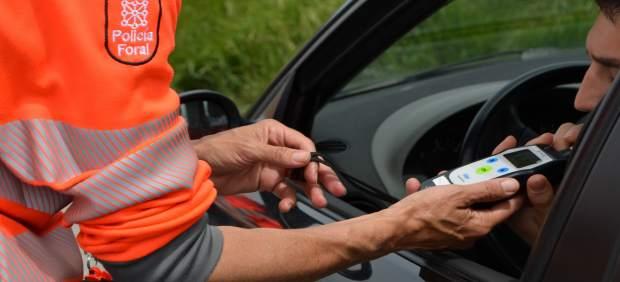 Agente de Policía Foral realizando prueba de detección de alcohol.