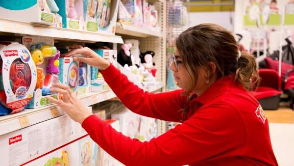 Trabajadora en una juguetería