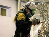 La 'Reina Soldadora' que transforma el metal en arte
