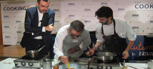 Joan Roca preparando uno de los platos creados con productos valencianos