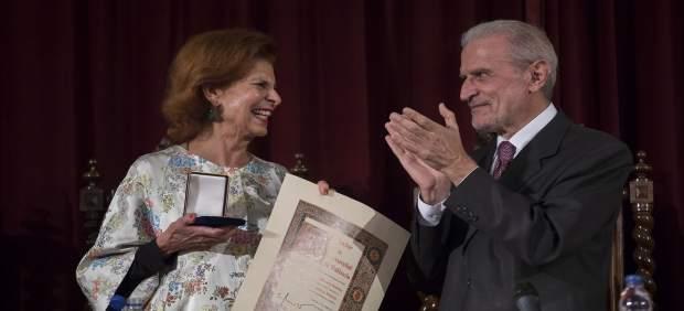 Carmen Alborch recibe la medalla de la UV