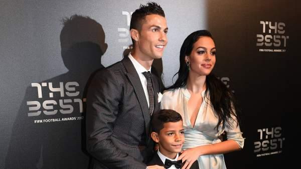 Cristiano, su hijo mayor y Georgina