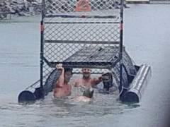 """""""Los mayores idiotas del siglo"""" por nadar en un lago infestado de cocodrilos"""