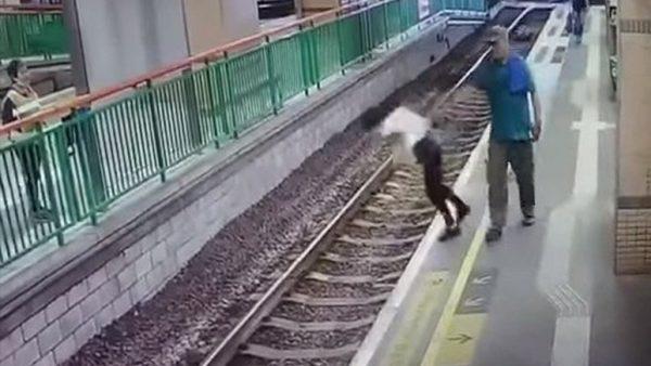 Empuja a una mujer a las vías del tren y sigue como si nada