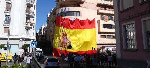 Izado de una enorme bandera de España