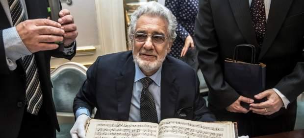 Plácido Domingo con las partituras originales de Mozart