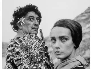 Dalí vestido de clown junto a una modelo, 1966