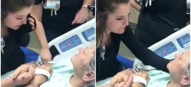 Canta a una enferma con cáncer