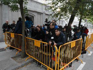 Periodistas esperan en el Tribunal Supremo