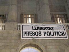 Los Mossos revisan los edificios públicos para advertir que no pueden colgar lazos amarillos