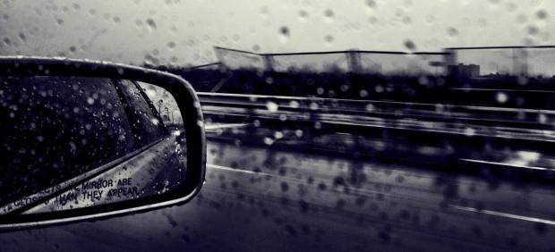 Coche circula con lluvia