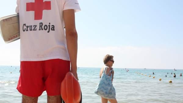 Un Socorrista De Cruz Roja Vigila La Playa
