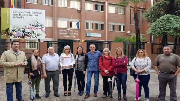 Miembros del PP de Sevilla visitan el IES Nervión