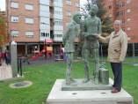 Soria: el escultor con la obra dedicada a Machado y al tren
