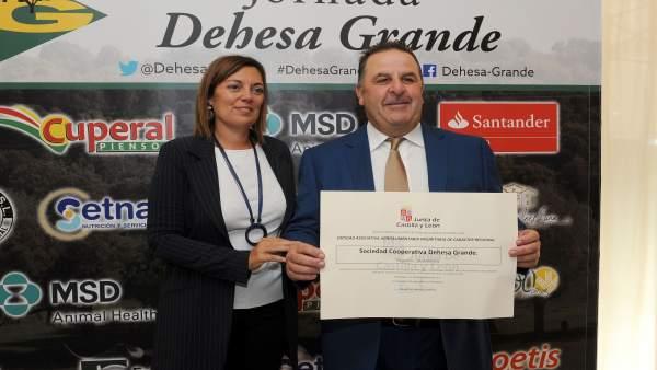 Marcos entrega el reconocimiento a Dehesa Grande