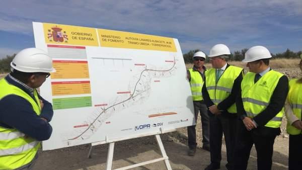 Fernández de Moya y Sanz (d) visitan las obras en la futura autovía A-32.