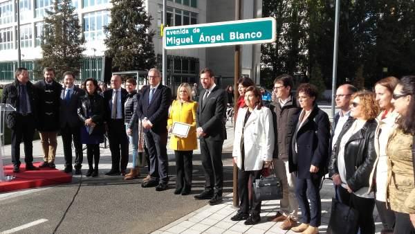 La Corporación y María del Mar Blanco posan junto a la placa de la calle