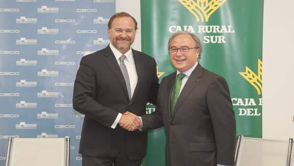 García-Palacios Álvarez y Díaz Córdoba se dan la mano tras la firma