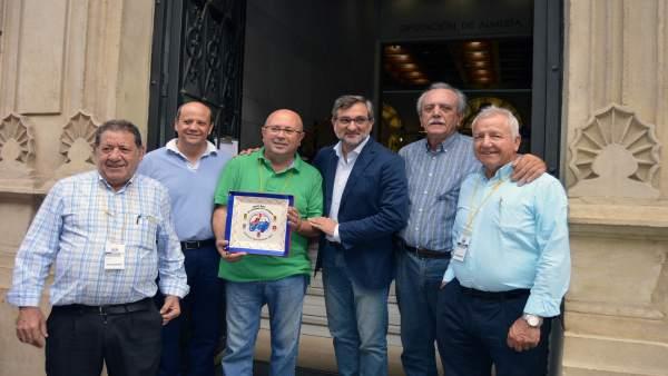 El Club de Vehículos Antiguos de Almería ha entregado una placa a la Diputación.