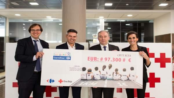 Carrefour entrega un cheque de 97.300 euros a Cruz Roja.