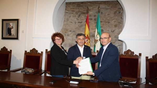 Carmona (dcha.) y Monterroso, tras la firma del convenio