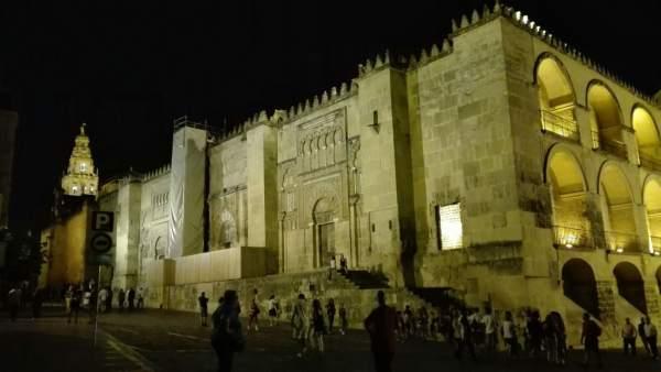 Vista nocturna de la Mezquita desde la calle Amador de los Ríos