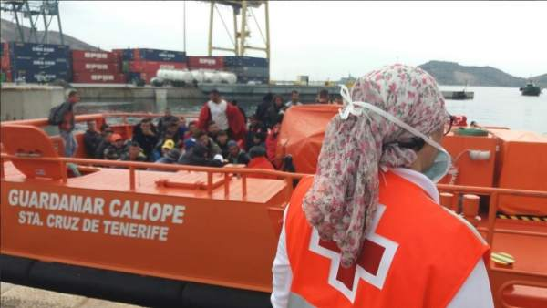 Una voluntaria de Cruz Roja, durante la recepción a los inmigrantes en Cartagena