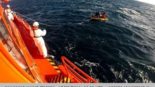 Embarcación hinchable rescatada por Salvamento en aguas del Estrecho