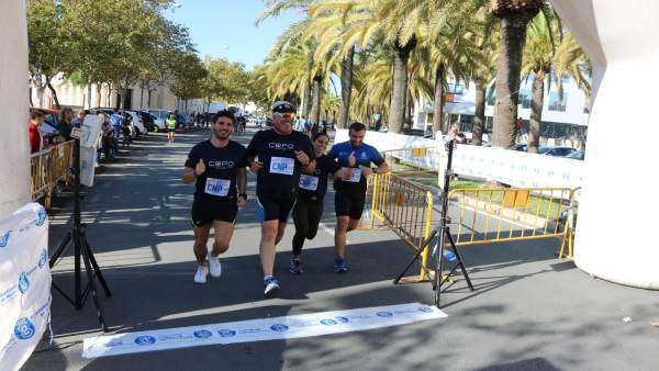 Participantes en carrera solidaria en Huelva