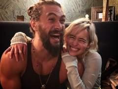 Emilia Clarke y Jason Momoa