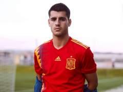 Morata posa con la nueva camiseta de la selección española