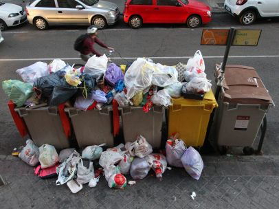 Basura acumulada fuera de los contenedores