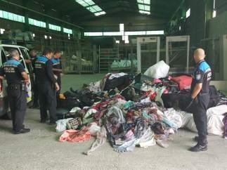 Productos falsificados intervenidos en el Port Vell.