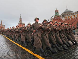 Soldados desfilando en Moscú