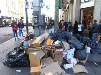 Bolsas de basuras y cartones, acumulados en la Gran Vía