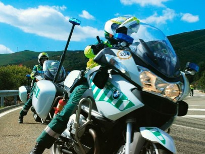 Guardi Civil montada en moto