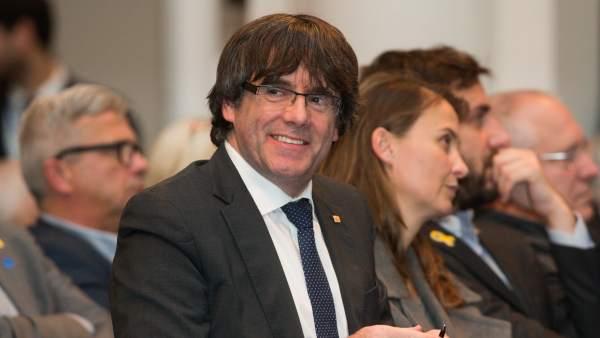 Puigdemont, arropado por 200 alcaldes