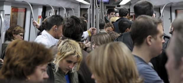 Un vagón del Metro de Barcelona en hora punta.