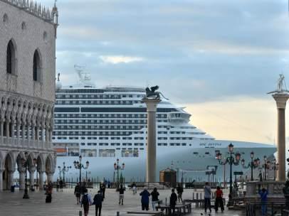 Crucero pasando junto a la Plaza San Marcos de Venecia, Italia