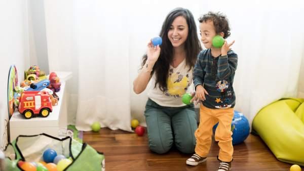 Izaskun jugando con su hijo Hugo