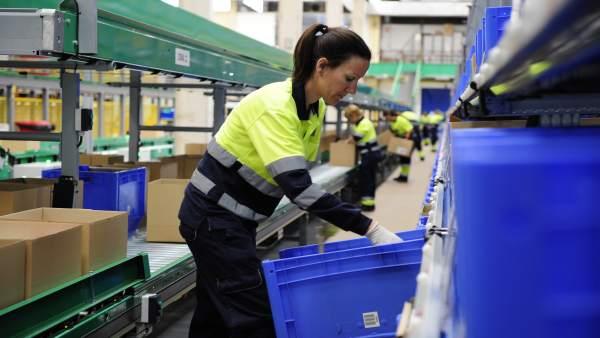 Trabajadora en una fábrica