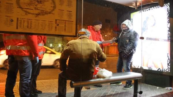 Voluntarios de Cruz Roja atienden a los sin techo