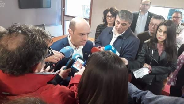 Echávarri atiende a los medios en la sala de prensa y detrás de él Gloria Vara