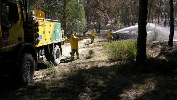 Reten De Guardia Para Controlar El Incendio En Moguer.