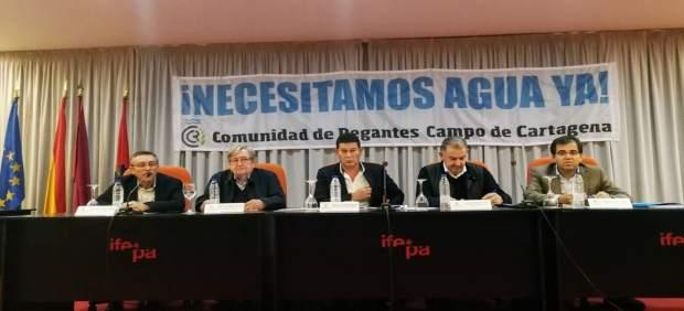 Imagen de la mesa de los regantes, durante la asamblea