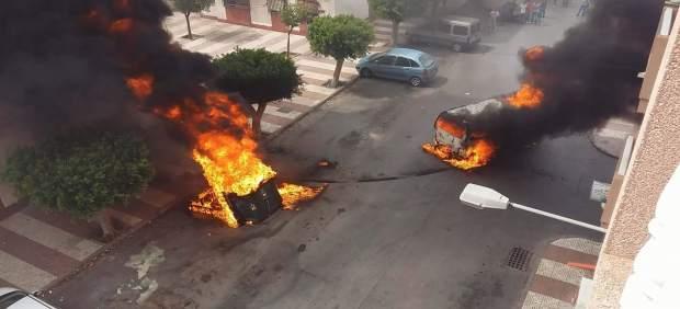 Furgoneta incendiada con la que se intentó cometer un robo en Roquetas de Mar