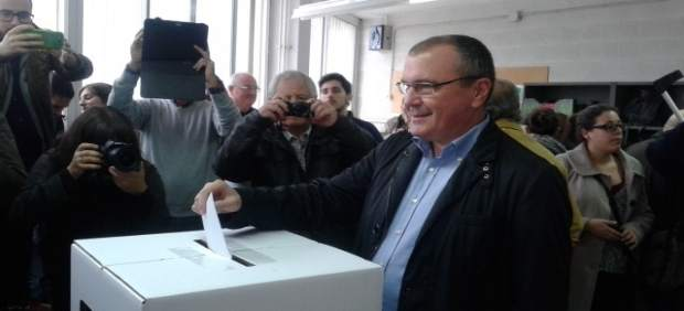 El alcalde de Reus, Carles Pellicer, vota en el 9N