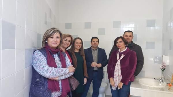 Ruiz (tercera por la izda.) en su visita al CEIP Eladio León